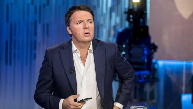 """Pd in piazza e Renzi chiama a resistenza civile. Salvini attacca: """"Poltronaro"""""""