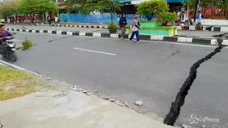 Sisma Indonesia: crepe e voragini, le strade si aprono sull'isola di Sulawesi