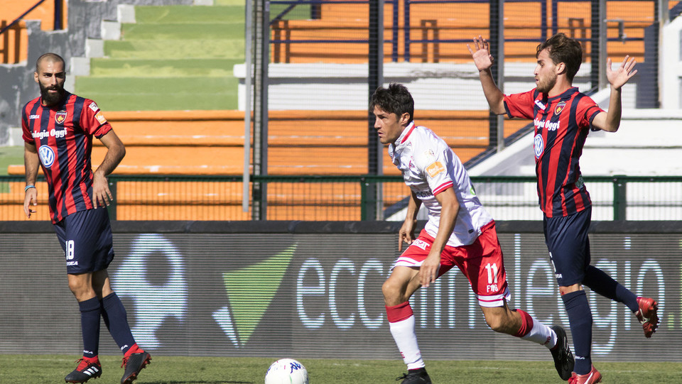 Cosenza-Perugia 1-1: Melchiorre e Palmiero in azione. Al 72' Micheal segna il gol del pareggio ©