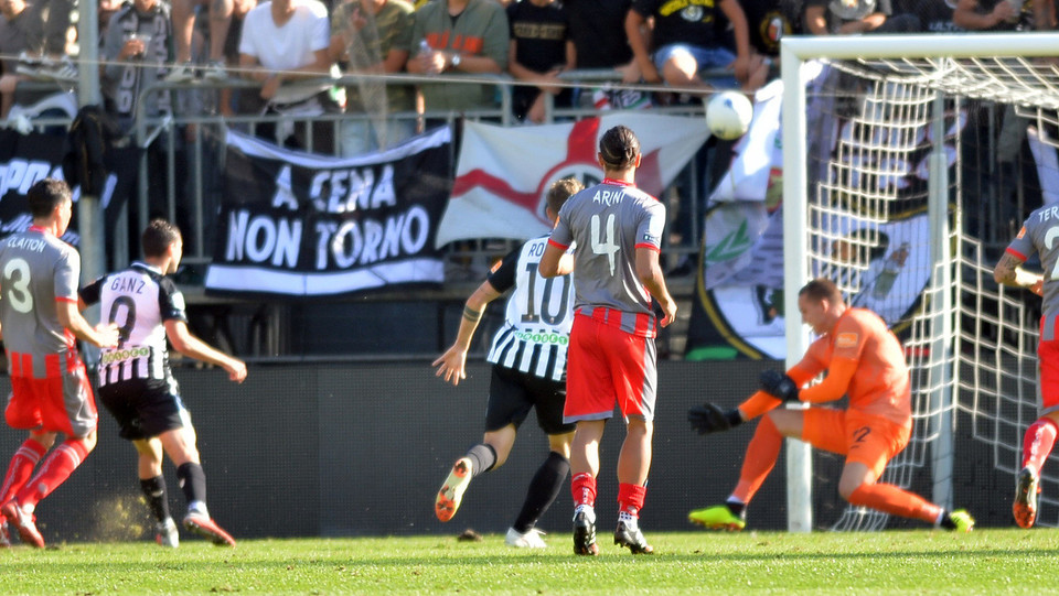 Ascoli-Cremonese 0-0: uscita di Radunovic su Ganz ©