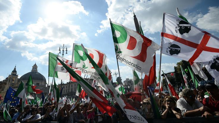 Bandiere, cartelli e abbracci: a piazza del Popolo il Pd ritrova unità