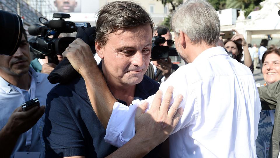 L'abbraccio tra Carlo Calenda e Graziano Delrio ©