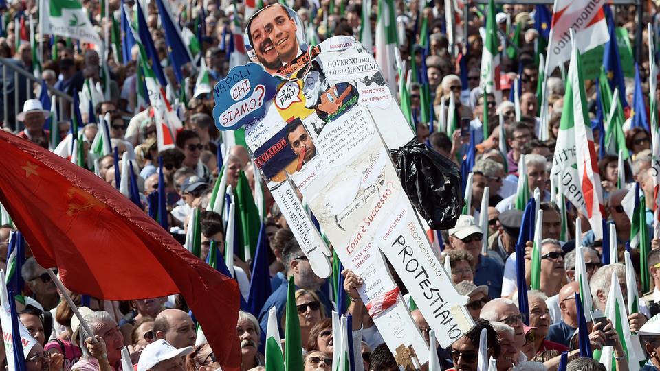 un cartellone contro il governo Lega-M5s con immagini dei vicepremier Matteo Salvini e Luigi Di Maio ©
