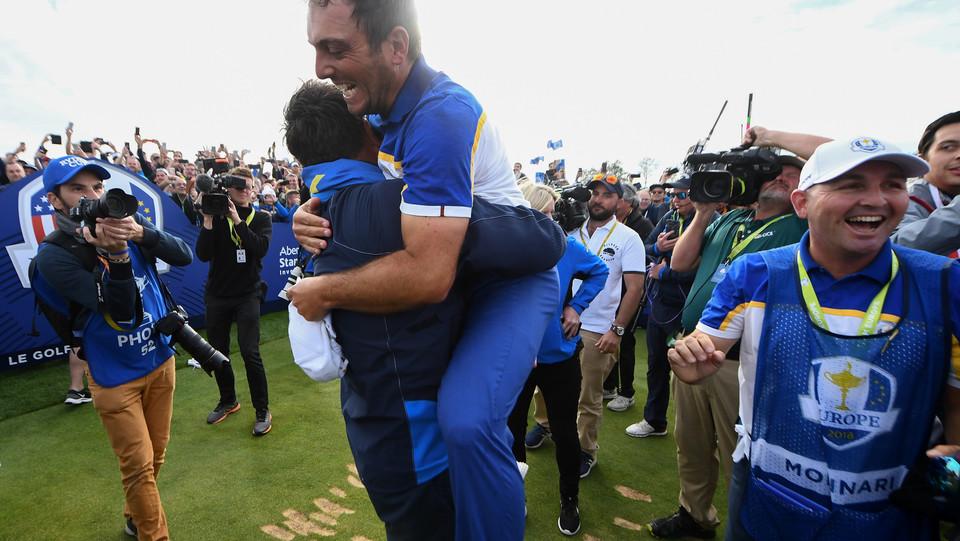 Molinari abbraccito da un membro della squadra ©