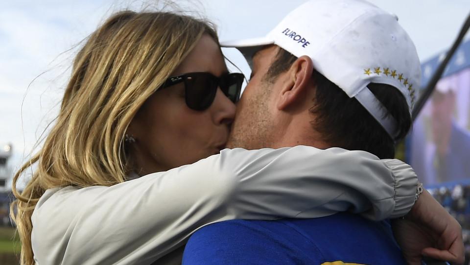 Francesco può baciare la moglie ©