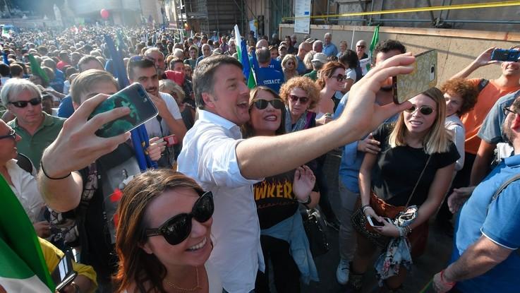Manifestazione Pd, flop scampato e contro cori al M5s. Ma è polemica Renzi-Salvini