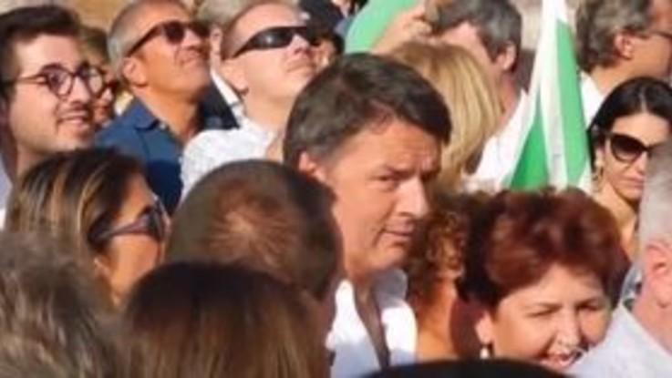 Renzi, gli applausi a Martina durante la manifestazione del Pd