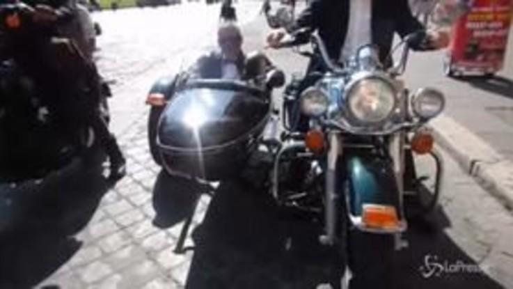 In moto per le strade di Roma con papillon e cravatta: l'iniziativa contro il cancro