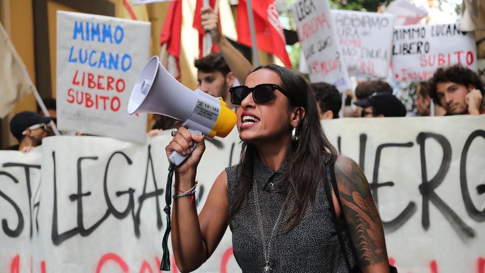 Una manifestante con il megafono ©