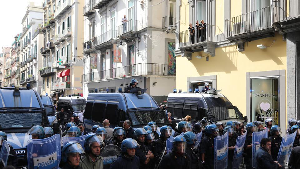 La polizia schierata in assetto antisommossa ©