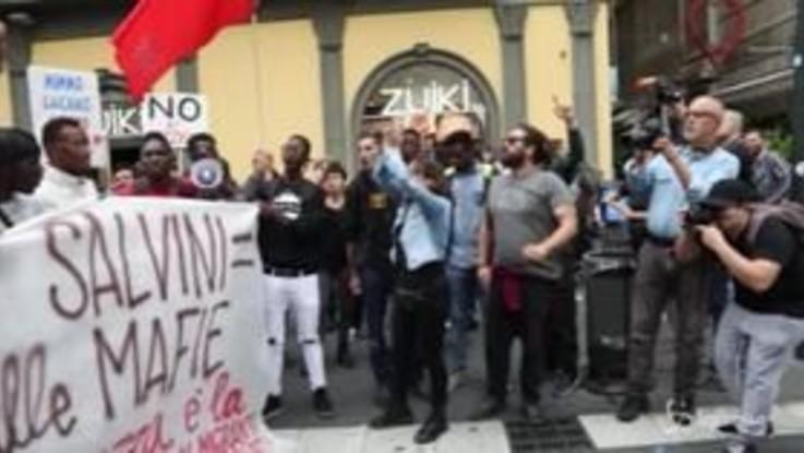 """Salvini contestato a Napoli: """"La colpa non è dei padroni, ma degli immigrati"""""""