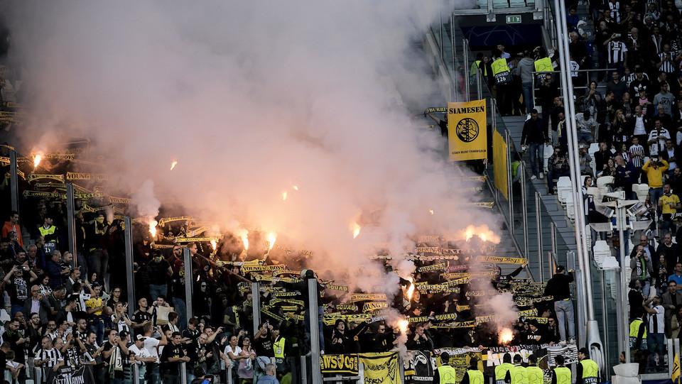 I tifosi dello Young Boys continuano a incitare la squadra nonostante la sconfitta. Finisce 3-0 ©