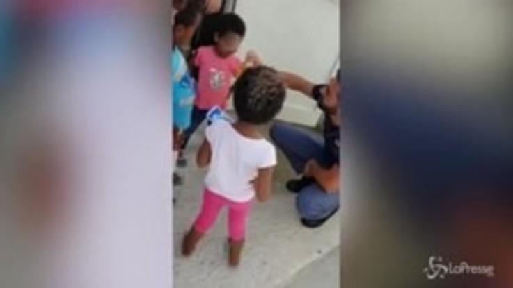 Pozzallo: poliziotto prestigiatore per i piccoli migranti