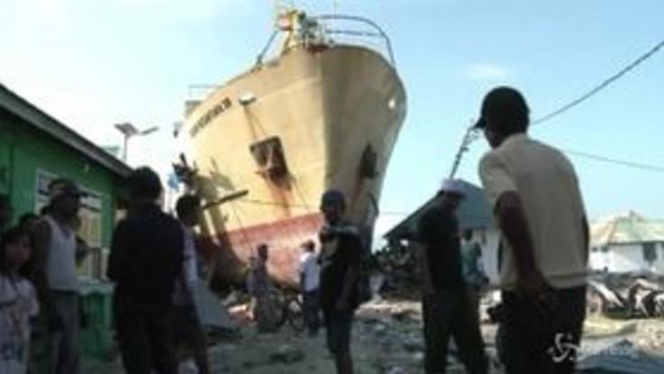Indonesia, coste devastate a Sulawesi: la nave finisce tra le strade del villaggio