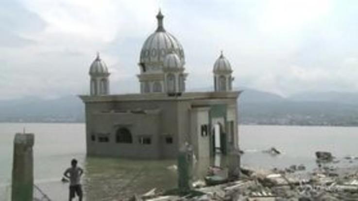 Indonesia, la moschea crolla in acqua dopo lo tsunami