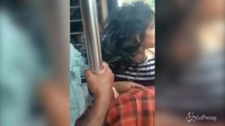 India, la ragazza cade dal treno e si salva per miracolo