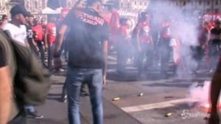 Europa League, i tifosi dell'Olympiakos invadono piazza Duomo prima del Milan