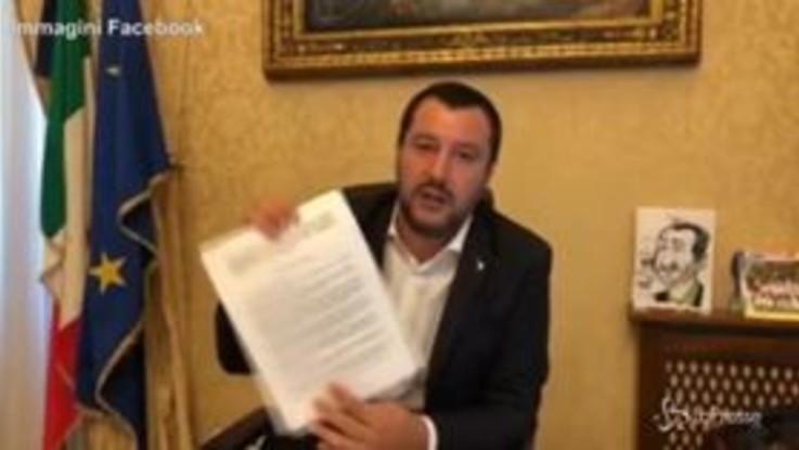 """Salvini mostra il decreto Sicurezza firmato da Mattarella: """"Ciapa lì e porta a cà"""""""