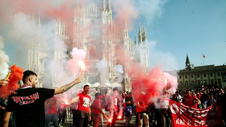 Tifosi dell'Olympiakos nel pomeriggio in piazza del Duomo ©