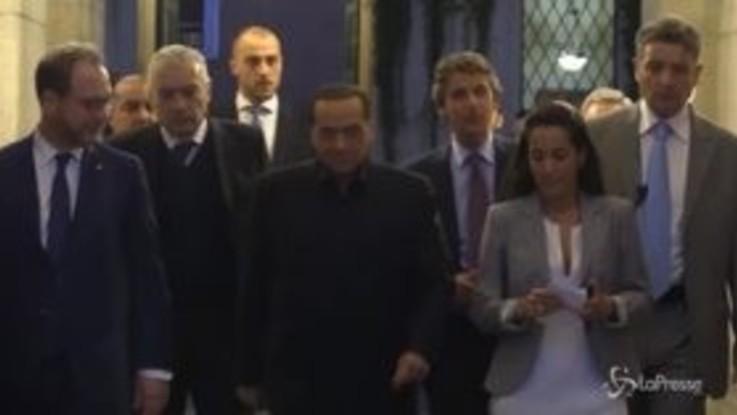 Berlusconi lascia palazzo Grazioli e... inciampa