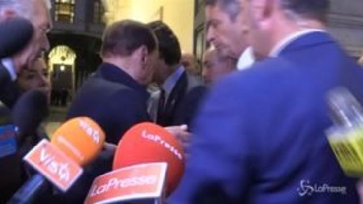 """Berlusconi va via, poi torna dai giornalisti: """"Sono giovane, ma mi fanno fare troppe cose..."""""""