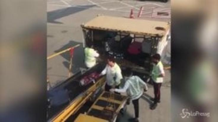 Hong Kong, bagagli lanciati come sacchi di immondizia