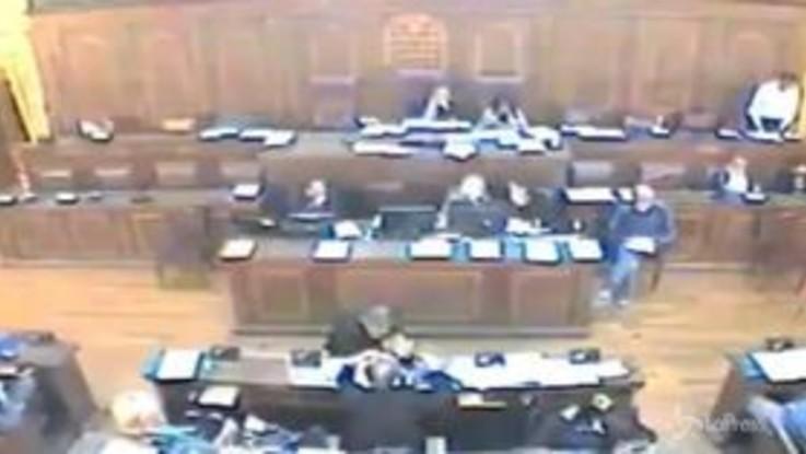 A Verona passa una mozione anti aborto, bufera sul voto