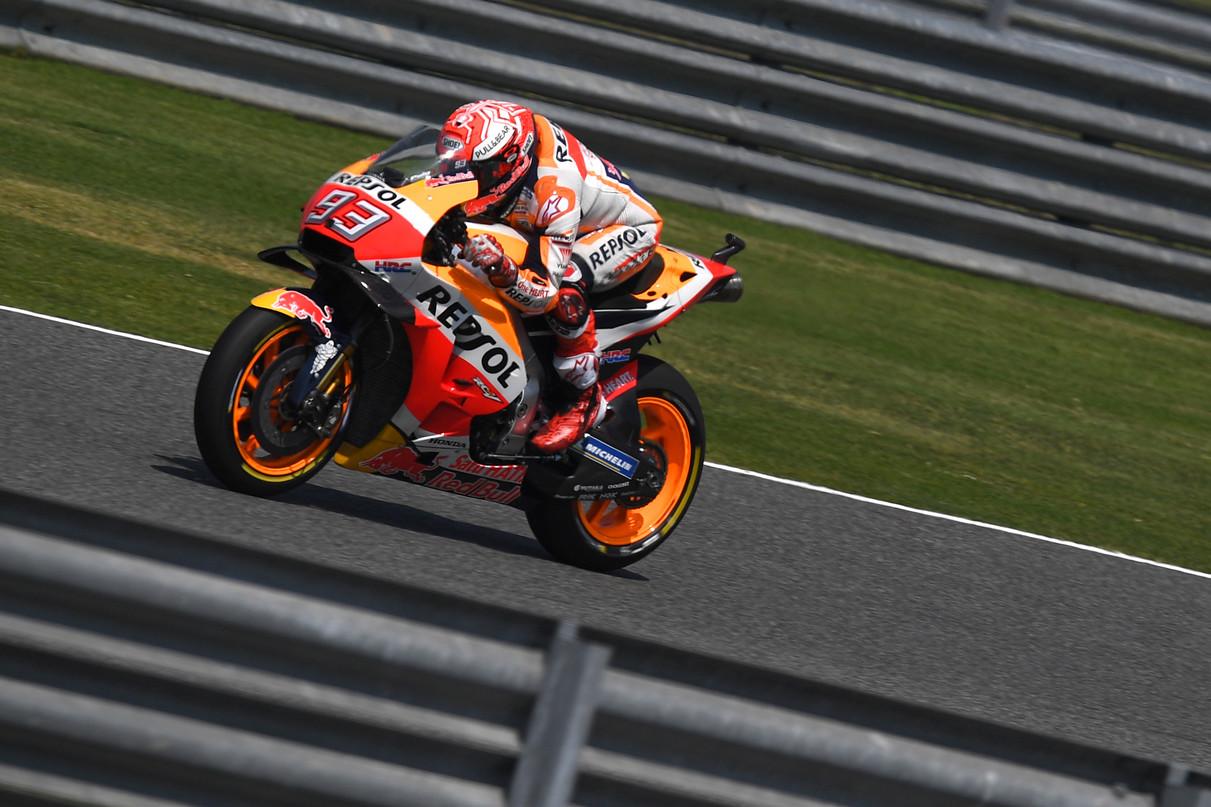 MotoGp, Marquez fa sua la pole anche in Thailandia. Si rivede Rossi