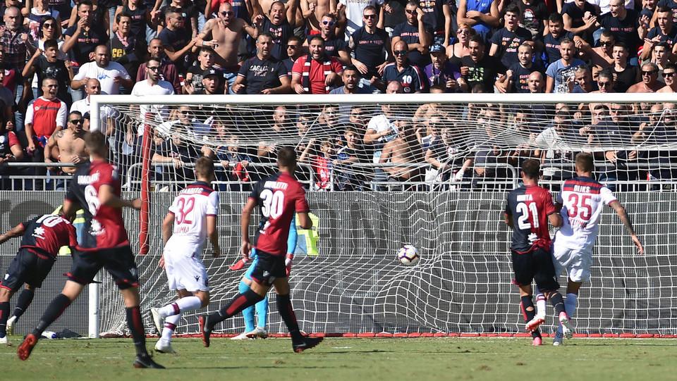 Joao Pedro stacca di testa schiacciando il pallone sull'erba e in rete ©