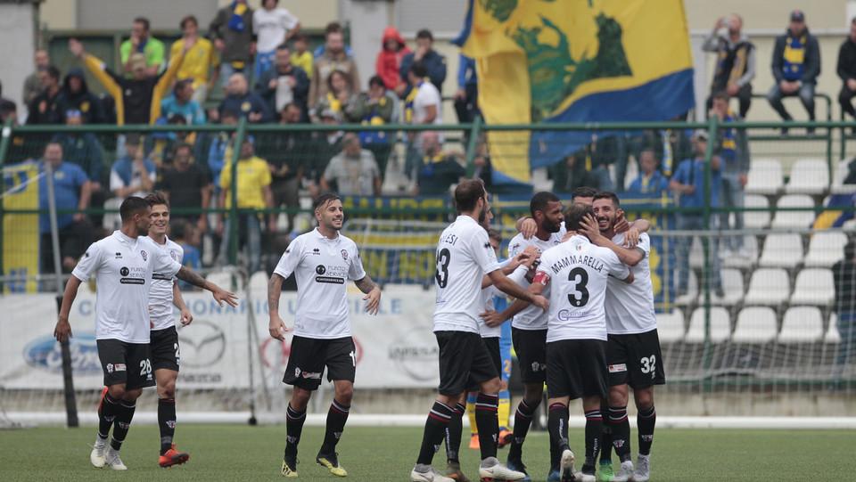 Pro Vercelli-Carrarese 3-1 - I compagni abbracciano Morra ©