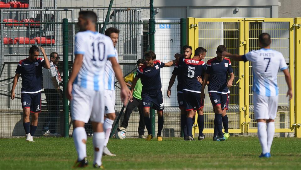 Giana Erminio - Rimini 2-2 - Volpe esulta con i compagni ©