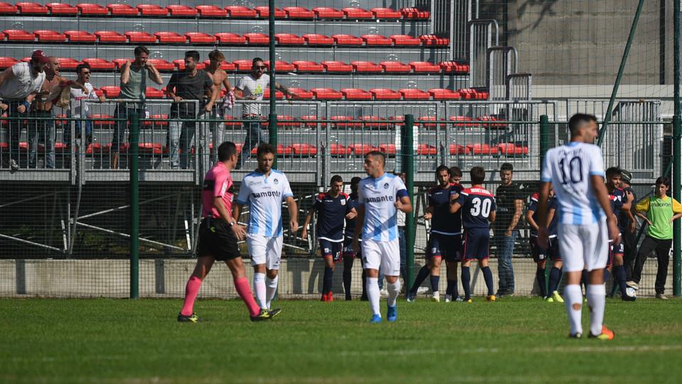 Giana Erminio - Rimini 2-2 - Volpe festeggia con i compagni ©
