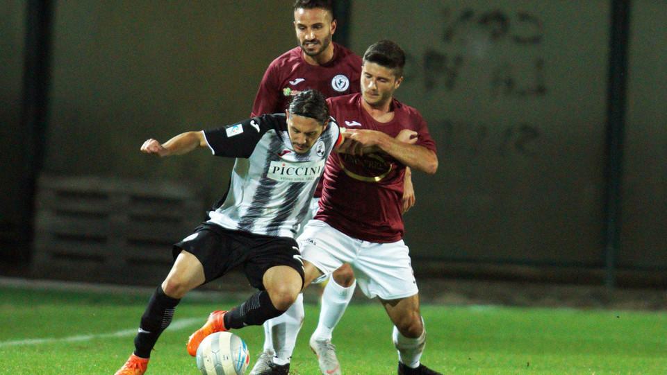 Siena - Arezzo 0-0 - Vassallo (Siena) in azione ©