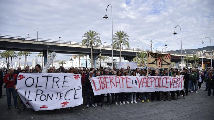"""Genova, gli sfollati in corteo: """"Dateci strade, lavoro e salute"""". Toninelli: """"Il decreto sarà migliorato, è scritto con il cuore"""""""