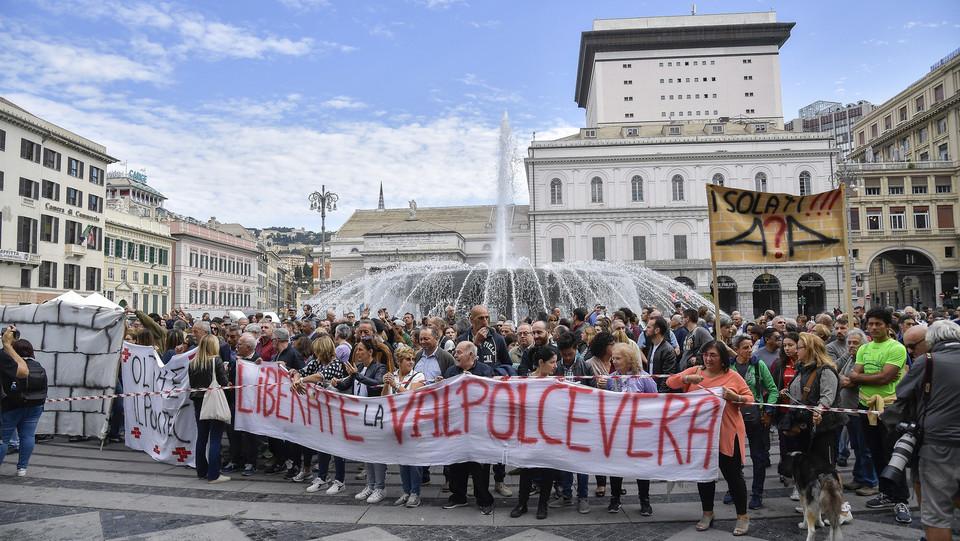 Gli sfollati di Genova in corteo ©