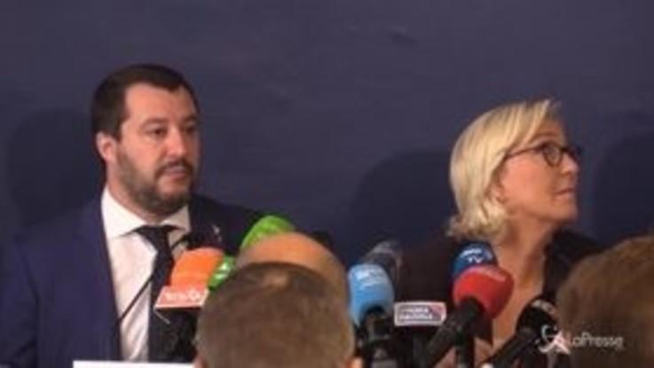 """Salvini scherza con Le Pen: """"Macron-Saviano? Spero non abbiano fatto selfie svestiti"""""""