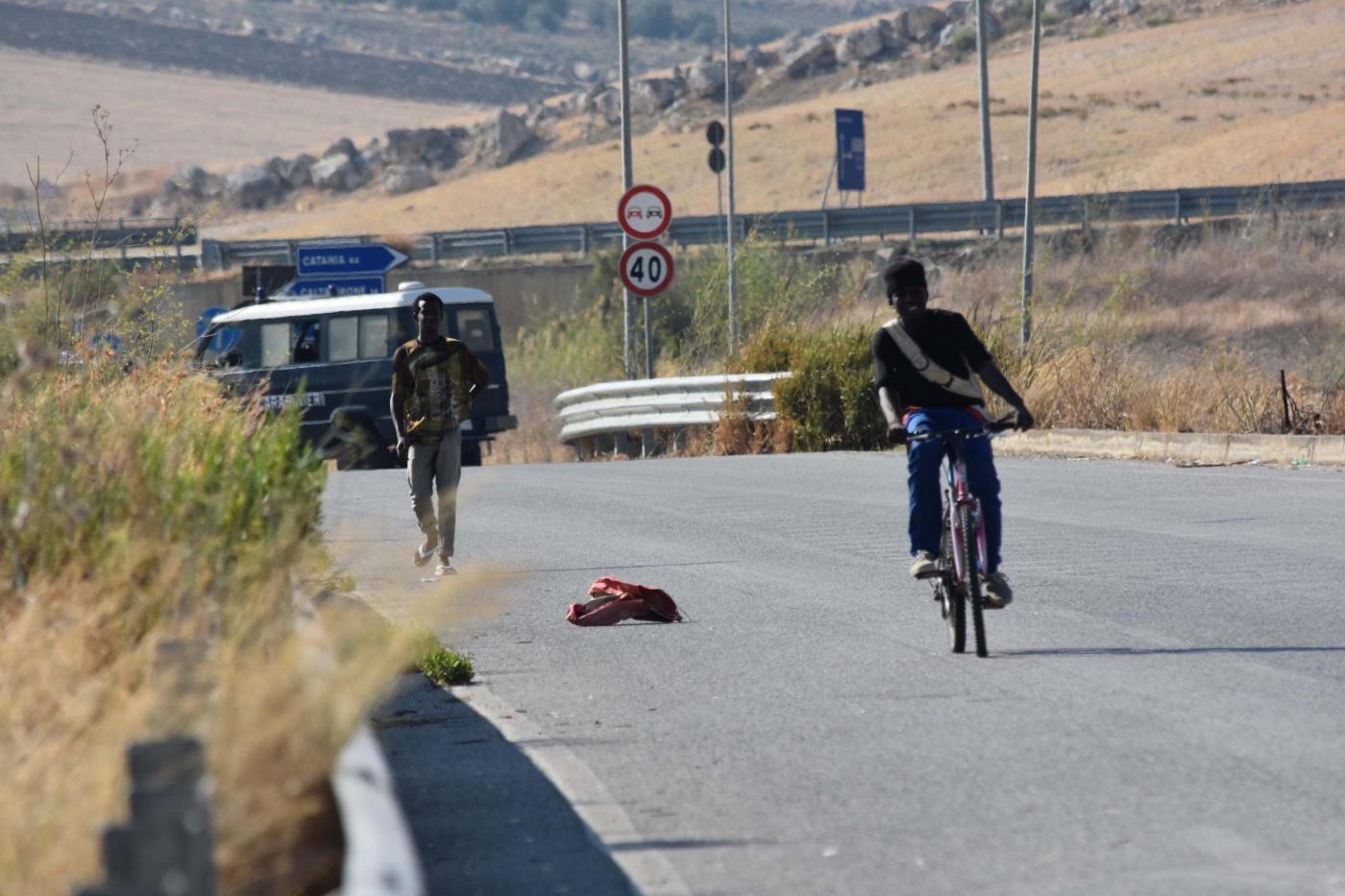 """Foggia, due poliziotti aggrediti da 50 migranti. Sap: """"Presi a calci e pugni"""""""
