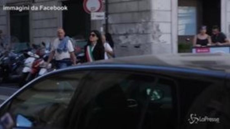 """Finta Raggi gira per la città: lo spot satirico del comitato """"Sì Mobilitiamo Roma"""""""