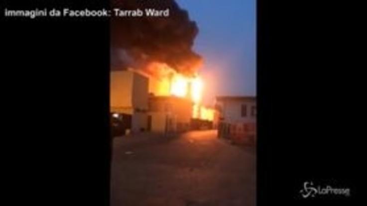 Cologno Monzese, vasto incendio in un'azienda di materiali plastici