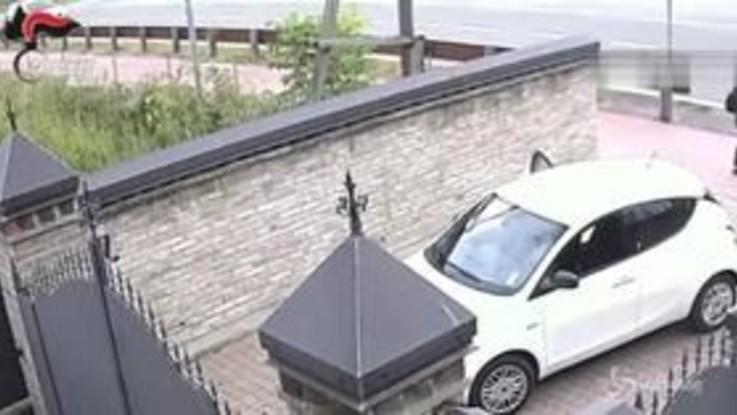Modena, filmato mentre cerca di sequestrare una donna