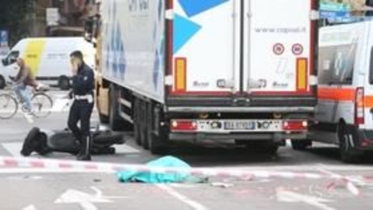 Incidente mortale a Milano: scontro fra moto e camion