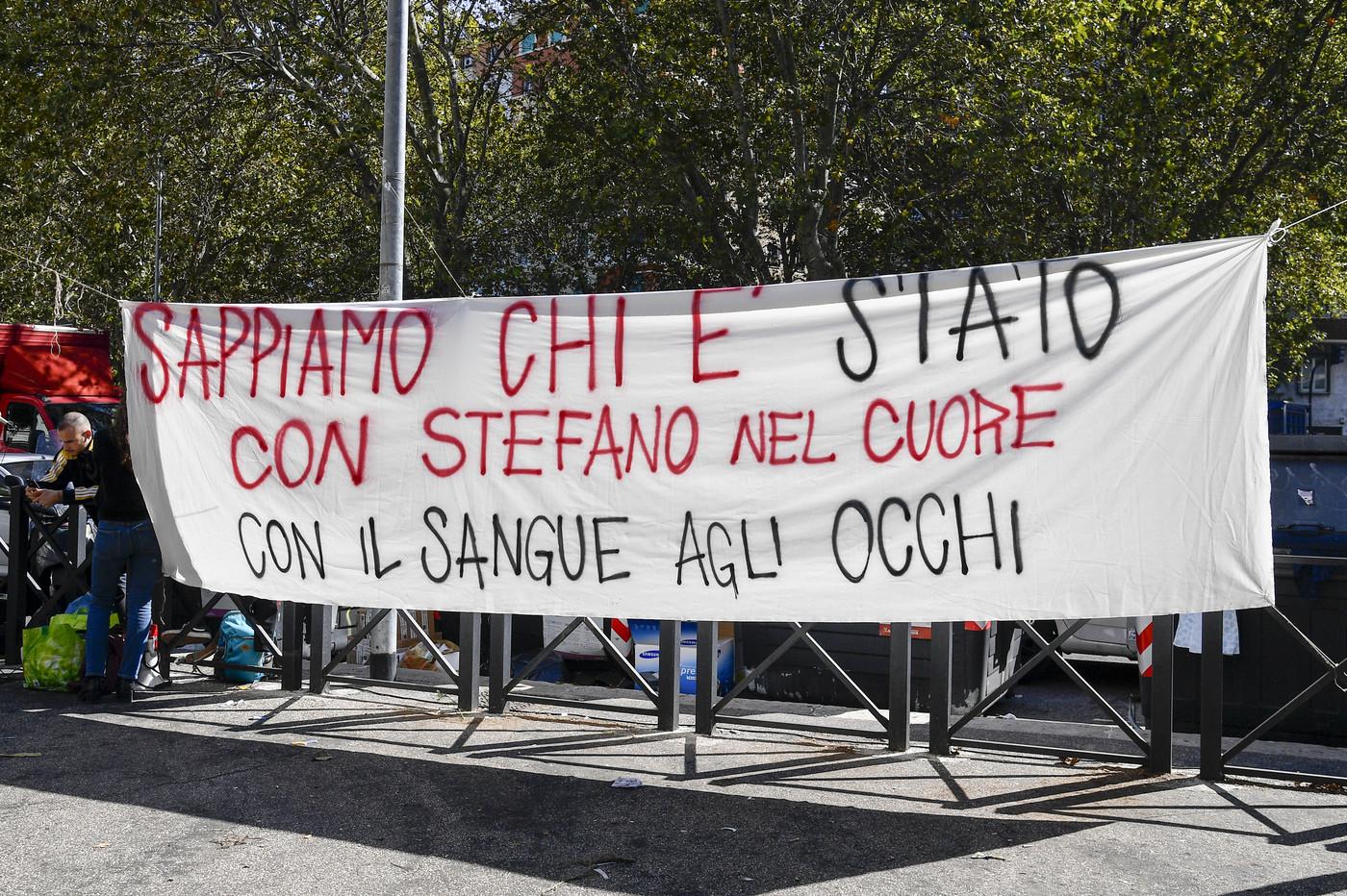 """Caso Cucchi, uno dei carabinieri confessa e accusa gli altri quattro: """"Calci e pugni in caserma"""""""
