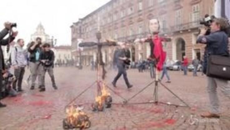 Torino, corteo degli studenti: bruciano i manichini di Salvini e Di Maio