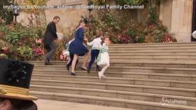 Incidente al Royal Wedding: il vento fa cadere i paggetti e alza la gonna della principessa Louise