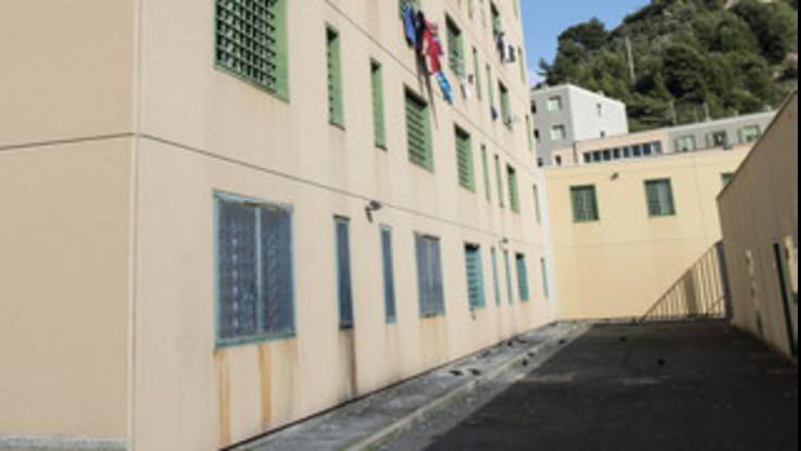 Sanremo, fiamme e lancio di mobili in carcere: la rivolta dei detenuti. Dap dispone trasferimento