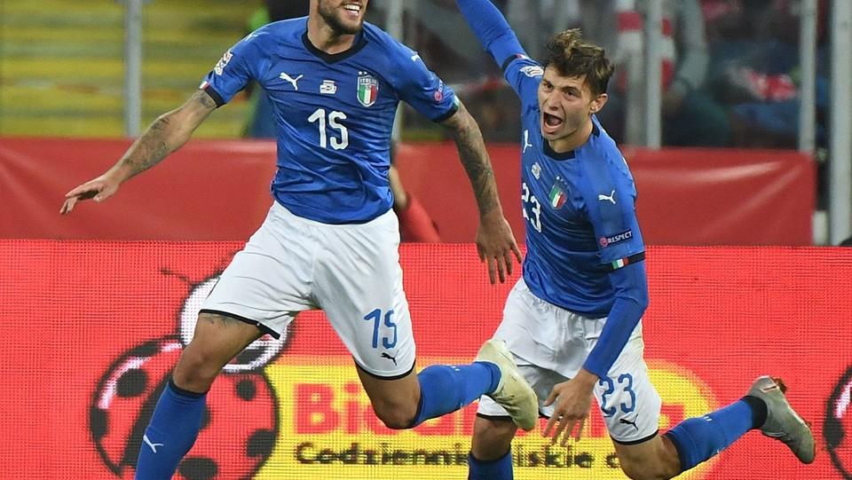 Biraghi festeggia il gol con Barella ©