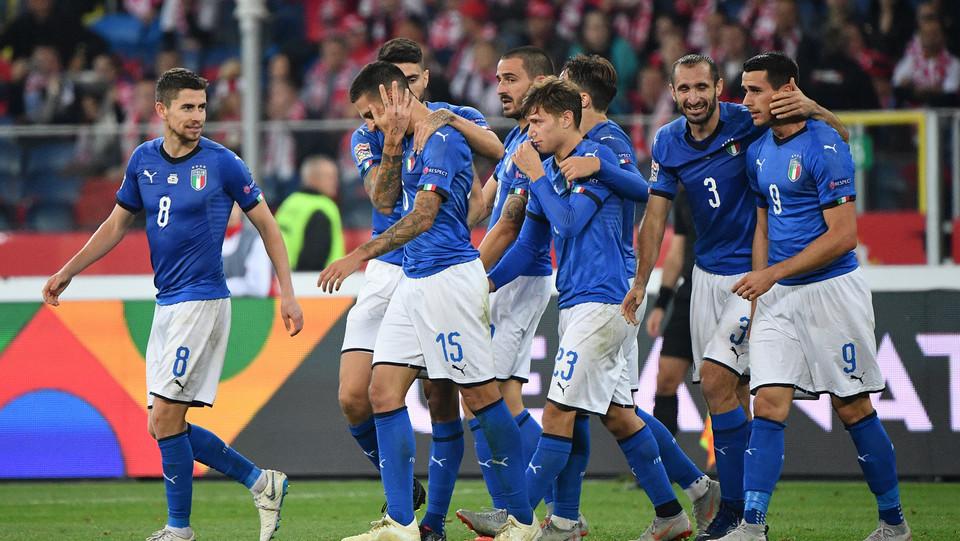 Biraghi festeggiato dai compagni dopo il gol ©