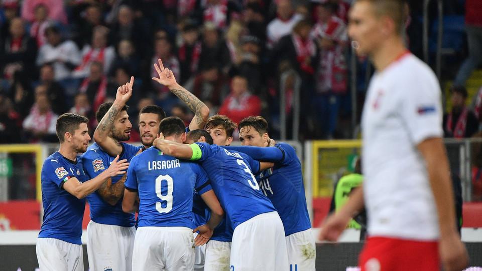 Biraghi festeggia con i compagni il suo primo gol azzurro ©