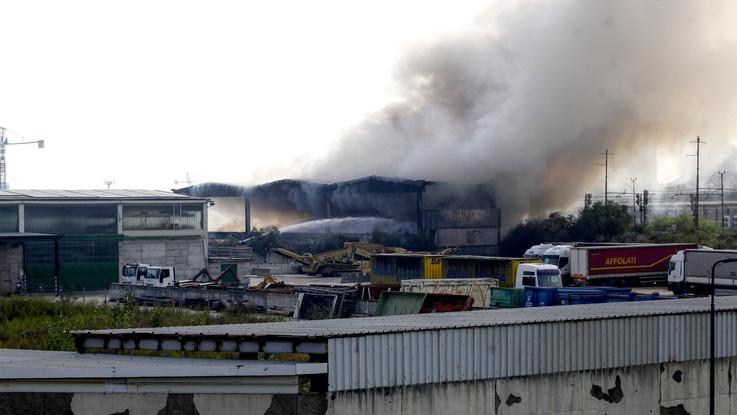 Milano, nube di fumo in Bovisasca: brucia capannone abbandonato