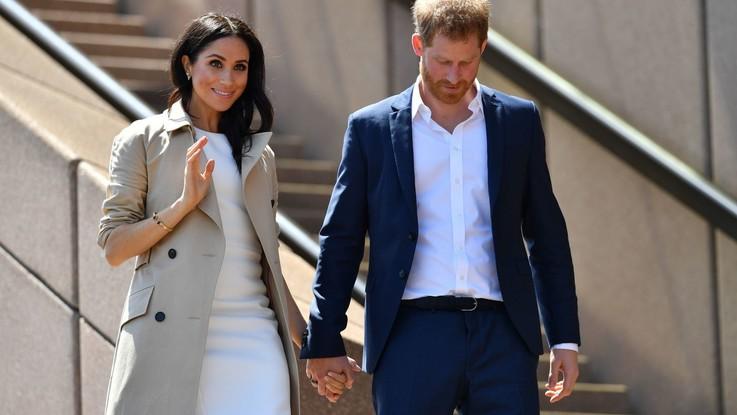 Meghan Markle incinta e Harry sbarcano in Australia: per lei tubino bianco e tacchi
